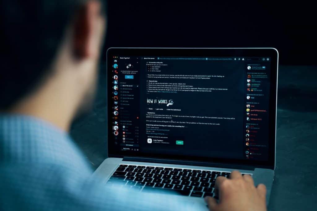 Rede social Discord recebe alto investimento e atinge valor de mercado bilionário. Imagem: Konstantin Savusia/iStock