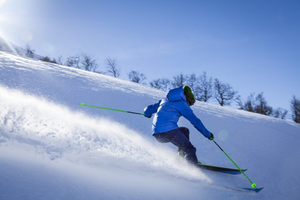 Homem esquiando