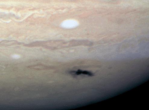 Las imágenes del Hubble muestran una nube negra formada por el impacto de un asteroide de unos 500 metros