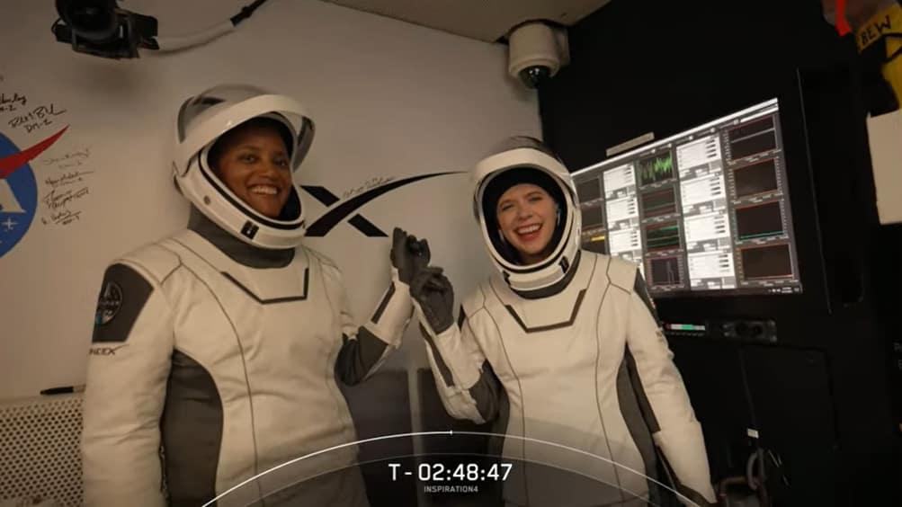 Imagem mostra Sian Proctor e Hayley Arceneaux, astronautas da missão Inspiration4 da SpaceX. Chegada da missão ao espaço quebrou recorde de população humana em órbita