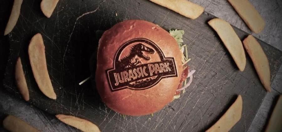 Hambúrguer com a logomarca do filme Jurassic Park