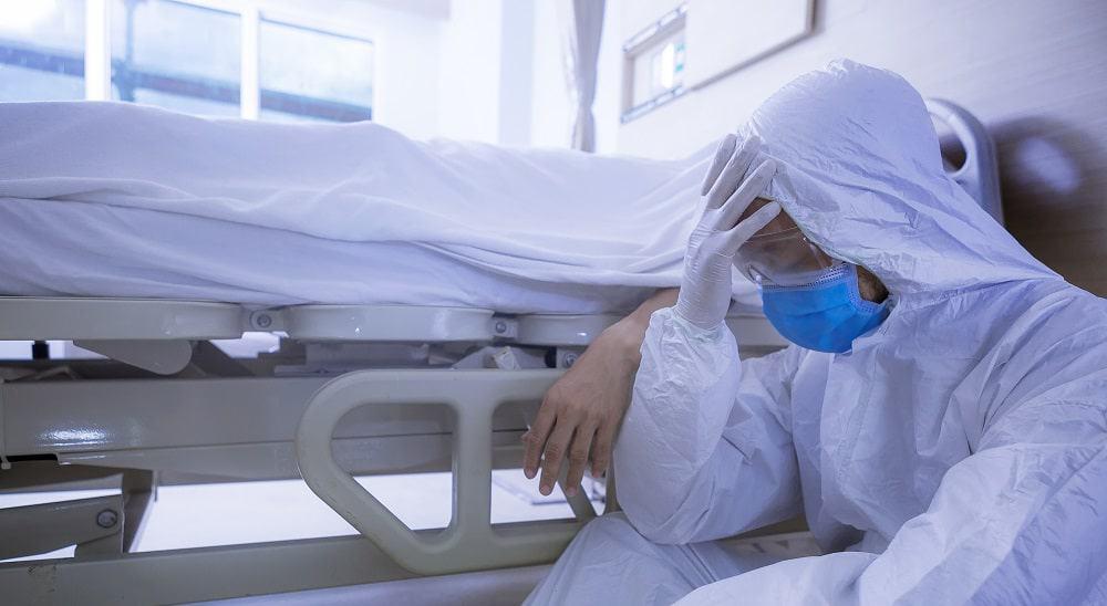 Médico ao lado de paciente morto por Covid-19