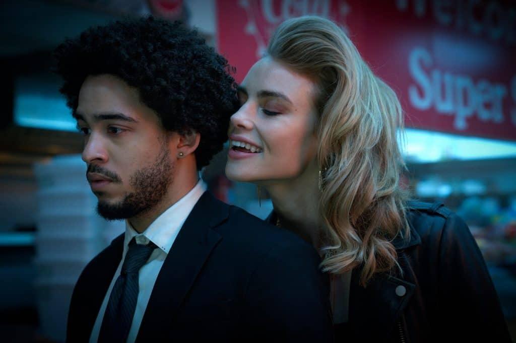 Jorge Lengeborg Jr. como Benny e Lucy Fry como Zoe em 'As Passageiras' ('Night Teeth'). Imagem: Kat Marcinowski/Netflix