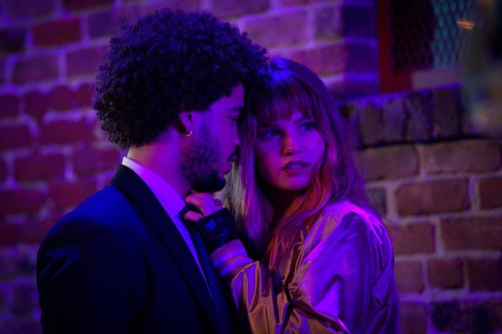 Jorge Lengeborg Jr. como Benny e Deborah Ryan Papp como Blaire em 'As Passageiras' (Night Teeth). Imagem: Kat Marcinowski/Netflix