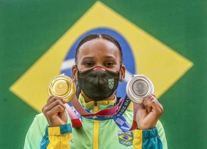 Rebeca Andrade com as medalhas