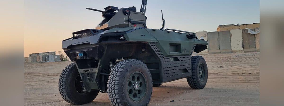veículo com metralhadora estacionado no deserto