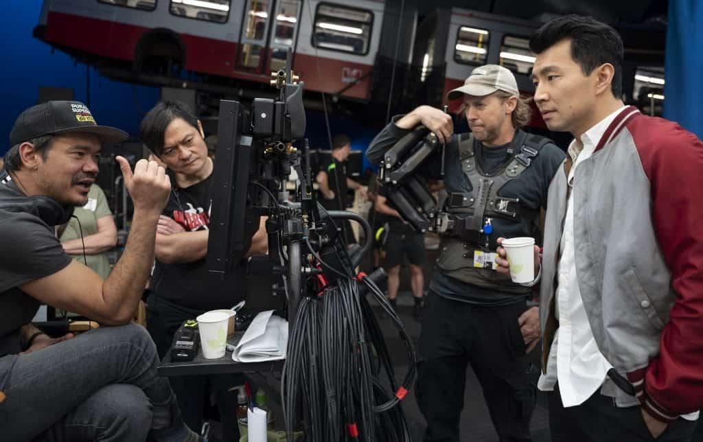 O diretor Destin Daniel Cretton, o instrutor de lutas Alan Tang e o ator Simu Liu no set de 'Shang-Chi e a Lenda dos Dez Anéis'. Imagem: Jasin Boland/Marvel Studios