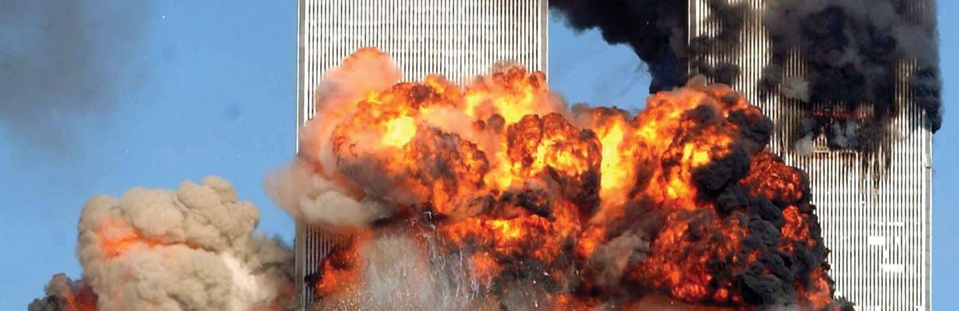 Foto mostra o momento em que o segundo avião se choca contra uma das duas torres gêmeas, em 11 de setembro de 2001