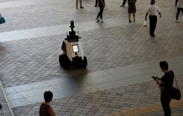 Singapore tests police robots to monitor the population