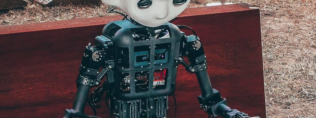 Robô humanoide lendo um livro