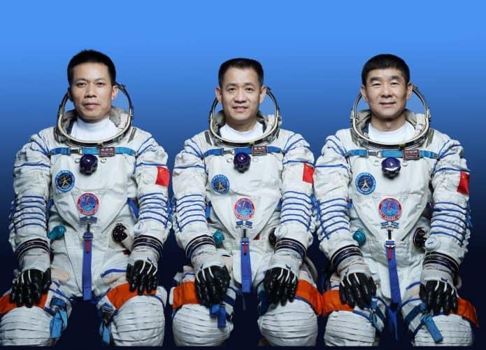 Os três astronautas da missão chinesa Shenzhou-12, da esquerda para a direita: Tang Hongbo, Nie Haisheng e Liu Boming