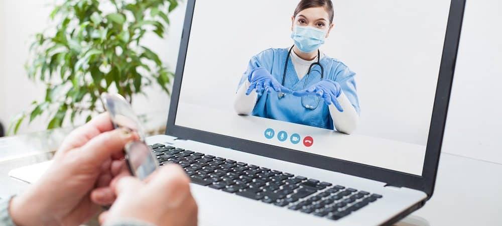 médica em atendimento on-line