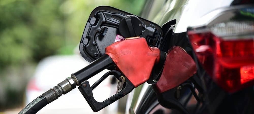 Imagem mostra equipamento de combustível enchendo o tanque de um carro