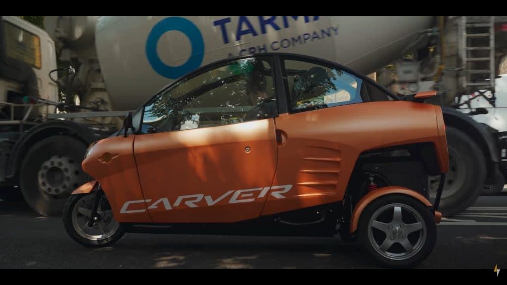 comparando o Carver com um caminão que está passando ao lado do veículo