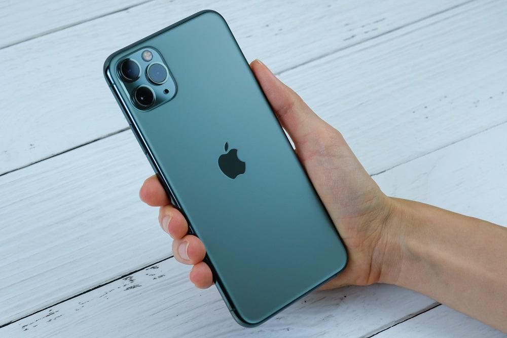 pessoa segurando o celular apple iphone 11 pro max