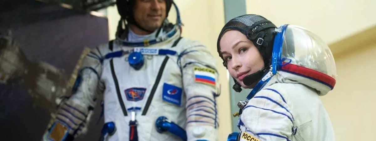 Cineastas rusos con trajes de cosmonauta