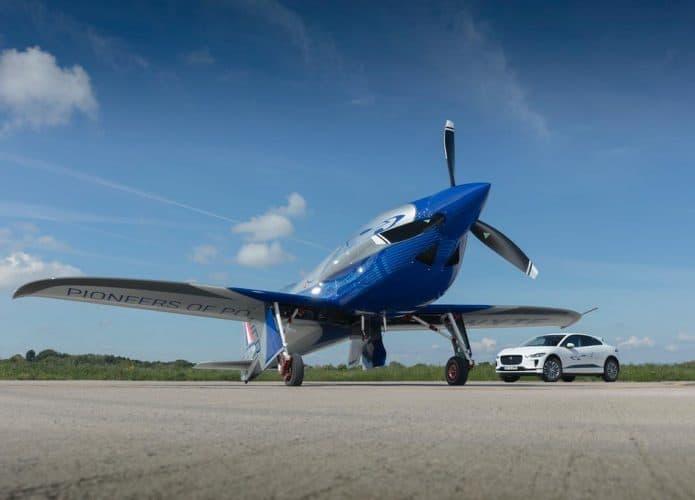 aeronave da Rols-Royce junto com um carro da empresa