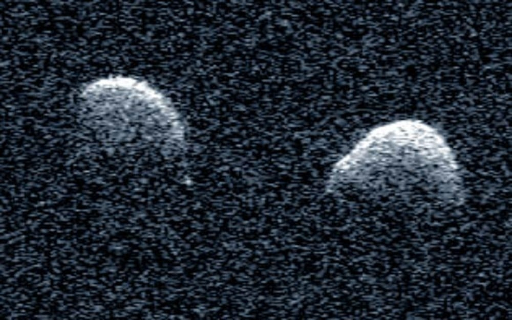 Imagem de radar produzida pelo telescópio de Arecibo mostra o cometa binário descoberto por brasileiros