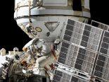 Em caminhada espacial, cosmonautas russos integram módulo Nauka à ISS