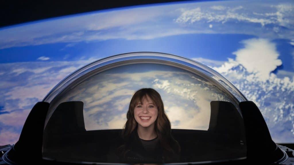 """Imagem mostra uma astronauta civil interagindo com a """"Cupola"""", uma janela especial da nave Crew Dragon, da SpaceX"""