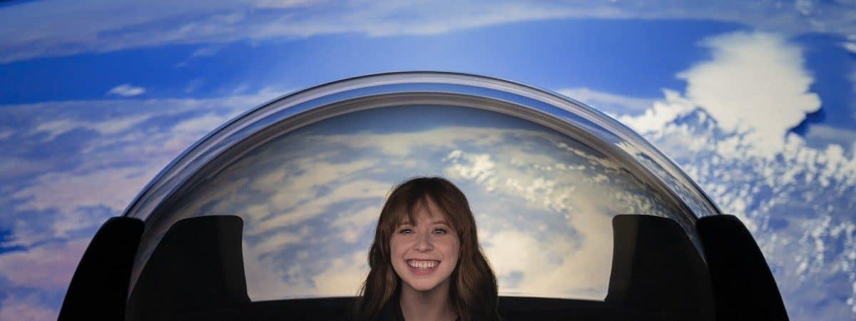 Imagem mostra uma astronauta civil interagindo com a