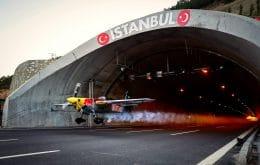 Ver: en una hazaña sin precedentes, un piloto cruza dos túneles volando un avión a 245 km / h