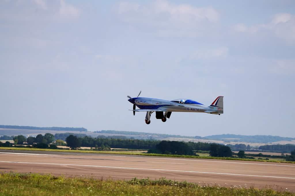 avião da Rolls-Royce decolando