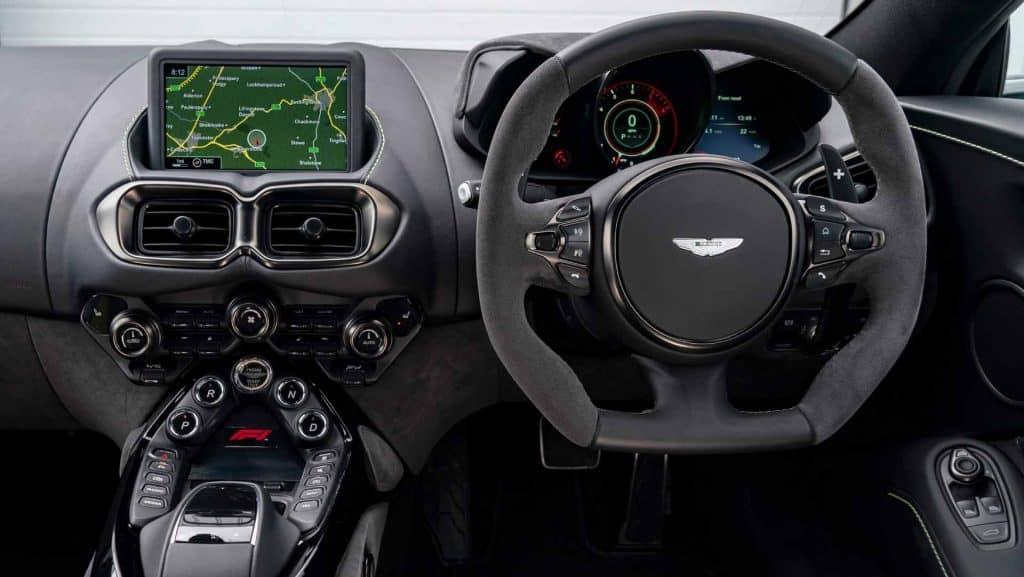por dentro do Aston Martin Vantage F1