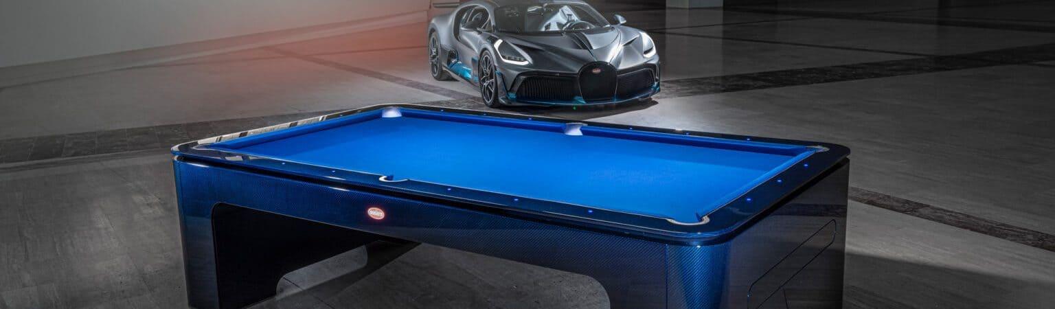 Mesa de sinuca com um carro da Bugatti ao fundo