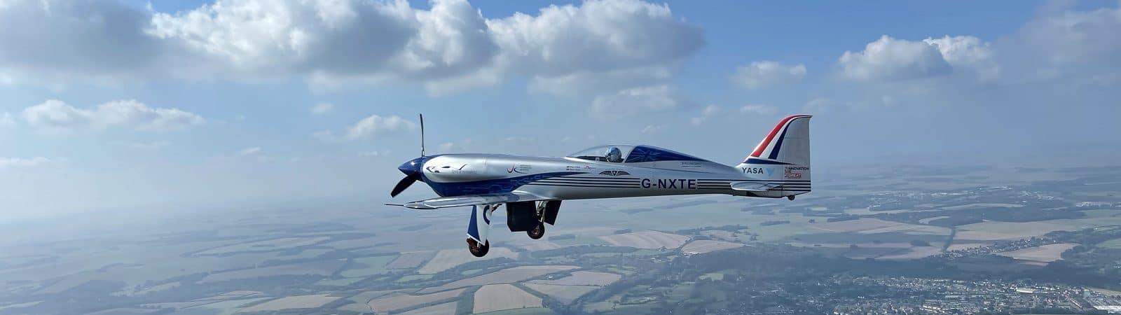 Avião elétrico da Rolls-Royce cruzando os ares ingleses