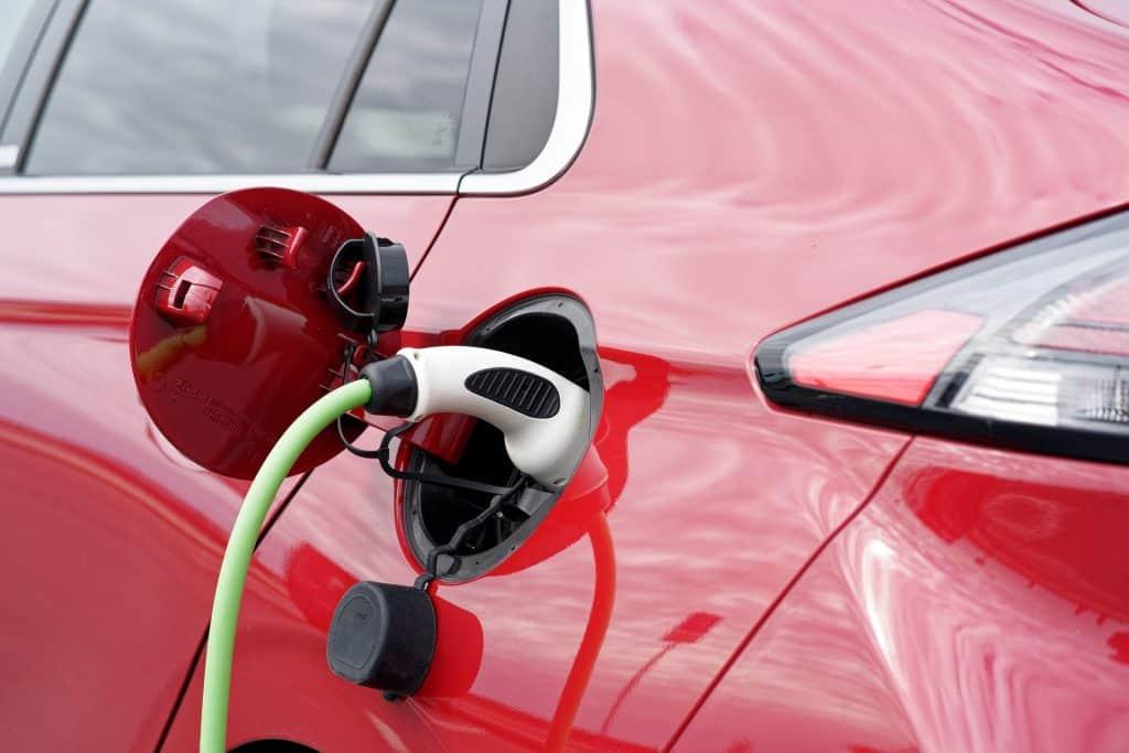 Com estradas dotadas de carregamento sem fio, menor seria a necessidade de estações para carga de bateria de carros elétricos