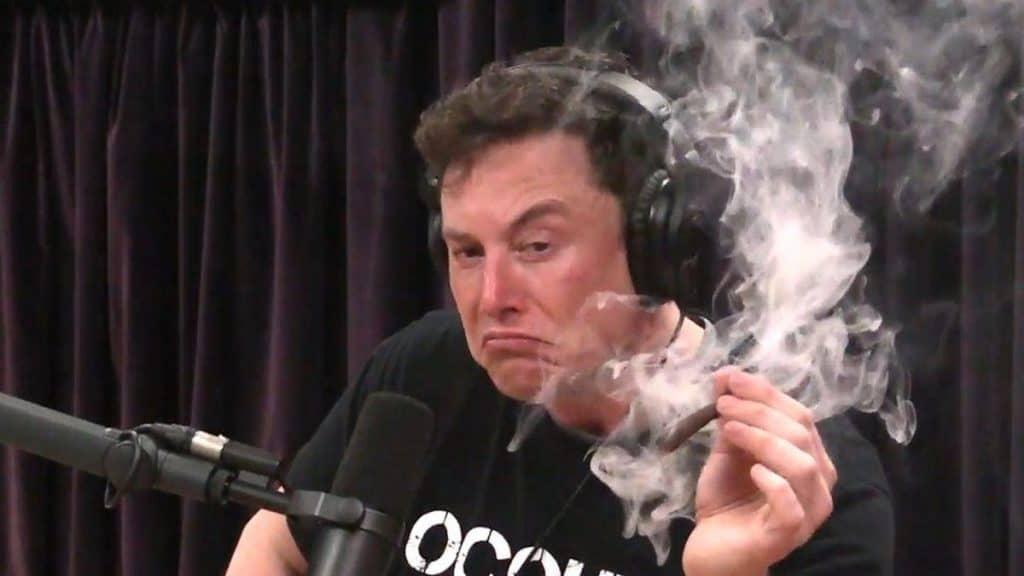 Elon Musk fumando um baseado em entrevista com Joe Rogan em 2018