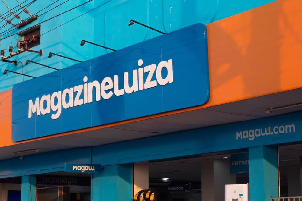 Fachada com a logomarca do Magazine Luiza, ou Magalu, uma das maiores empresas varejistas do Brasil