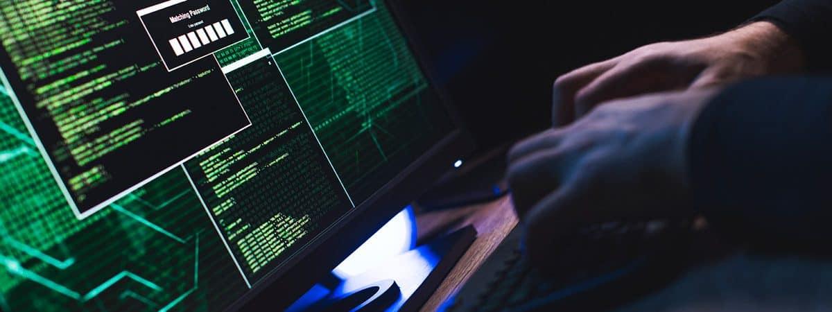 hombre blanco frente al sistema de piratería informática