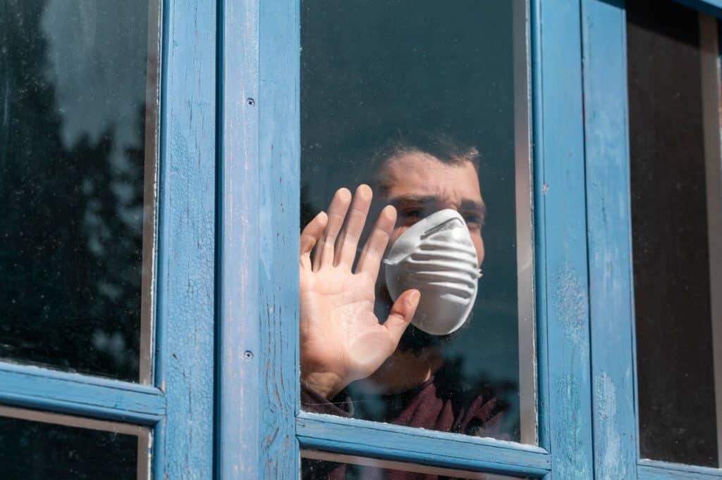 homem usa máscara para se proteger do coronavírus