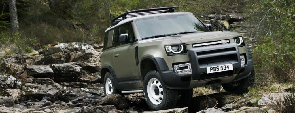 Land Rover enfrentando tereno de pedras