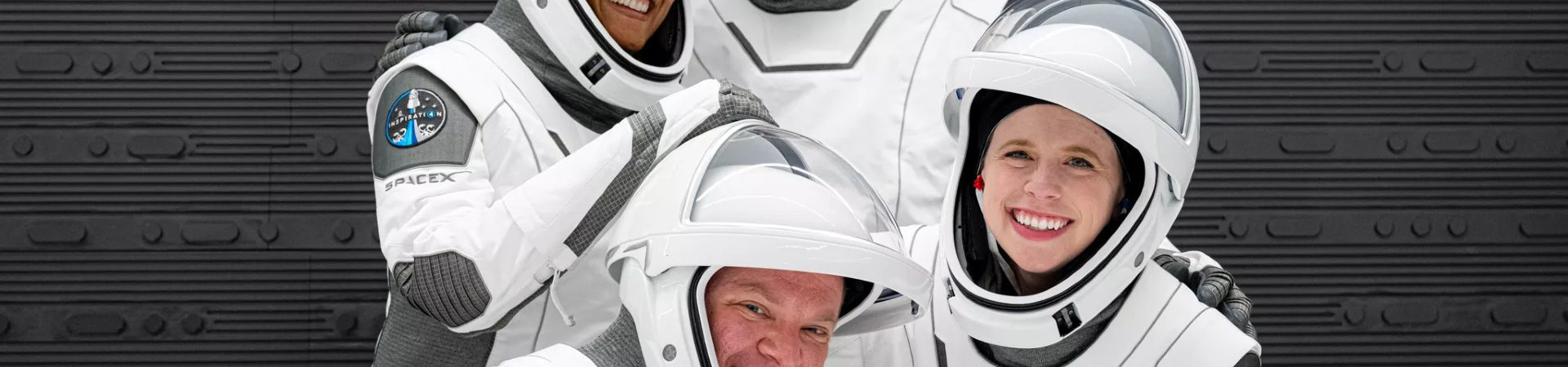 Imagem dos quatro tripulantes da missão Insiration4. da SpaceX, já em seus trajes espaciais