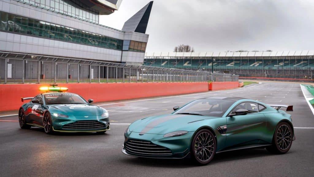dois carros da Aston Martin