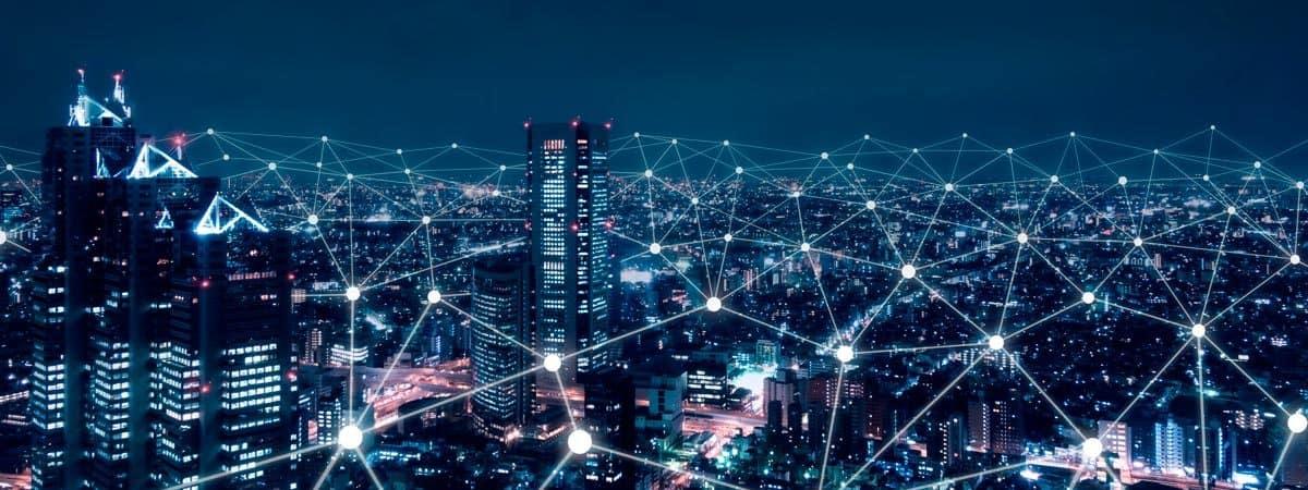 ciudad nocturna con puntos de red interconectados