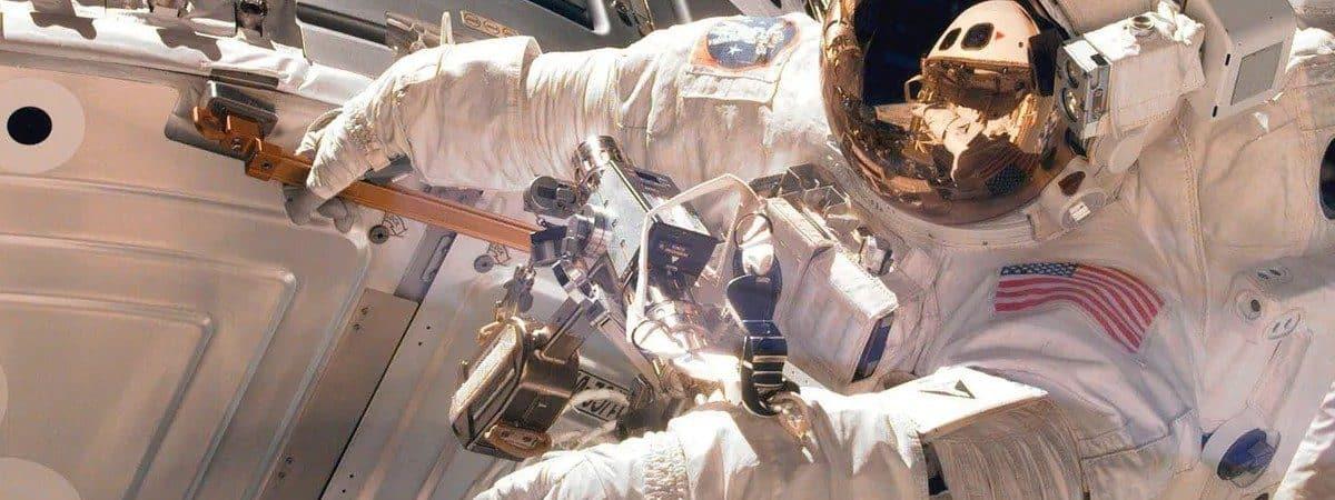 Imagem mostra um astronauta do lado de fora da ISS