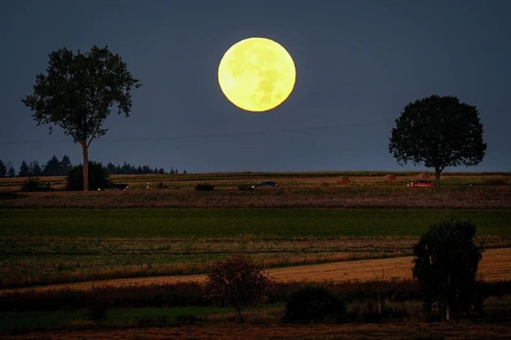 Imagem da Lua da Colheita em uma região de planície