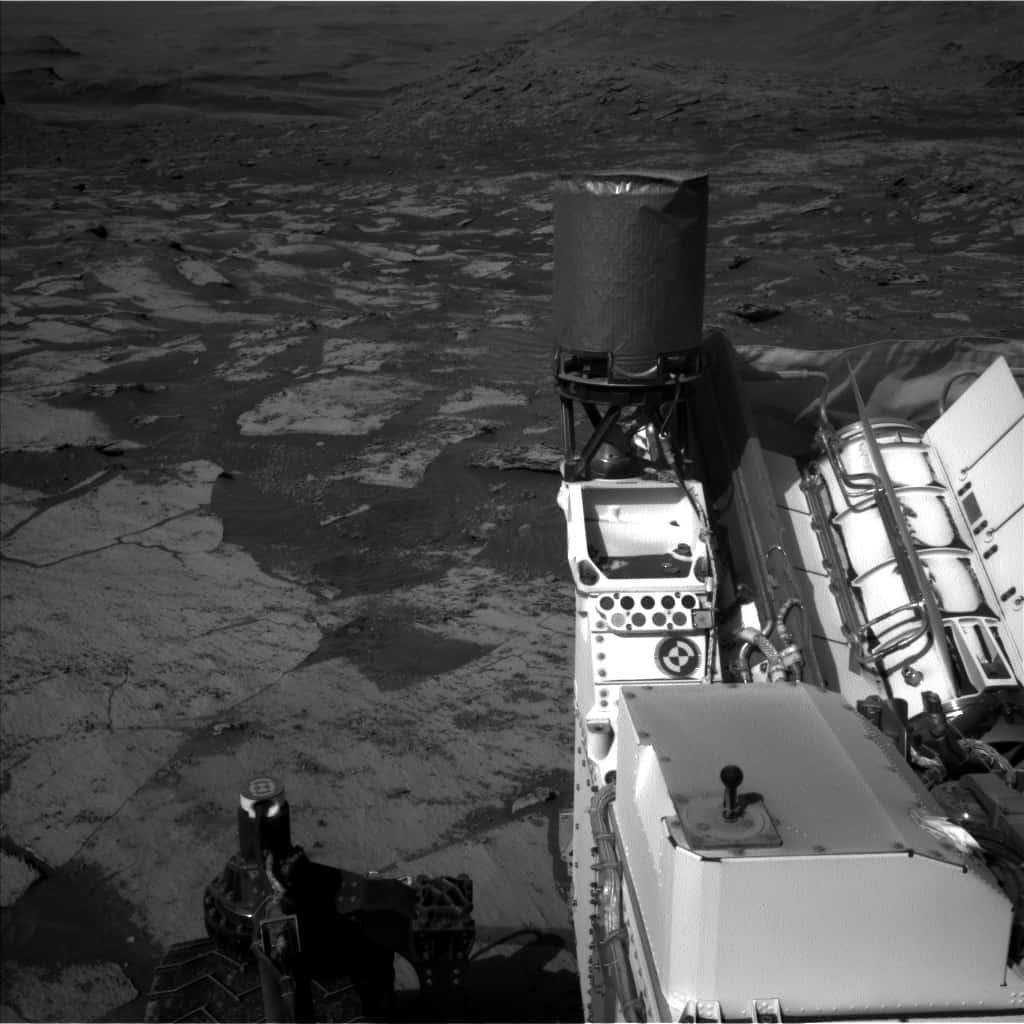 Imagem feita pela câmera lateral do rover Curiosity, que supostamente encontrou uma região de lago em Marte
