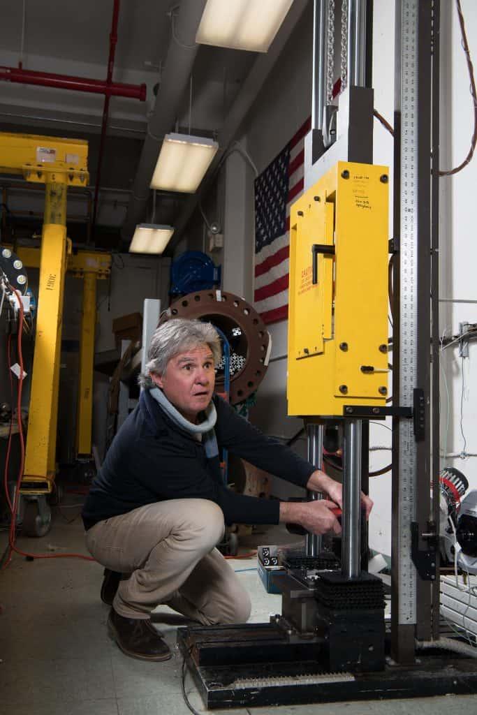 Foto do especialista em balística Mike Pereira, que está executando os testes dos trajes especiais da missão Artemis, da Nasa