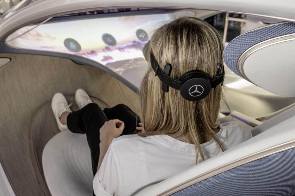 pessoa usando um headset com BCI para controlar o carro com a mente