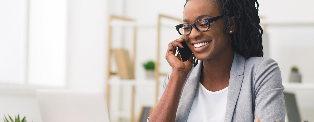 mulher negra trabalhando com tecnologia