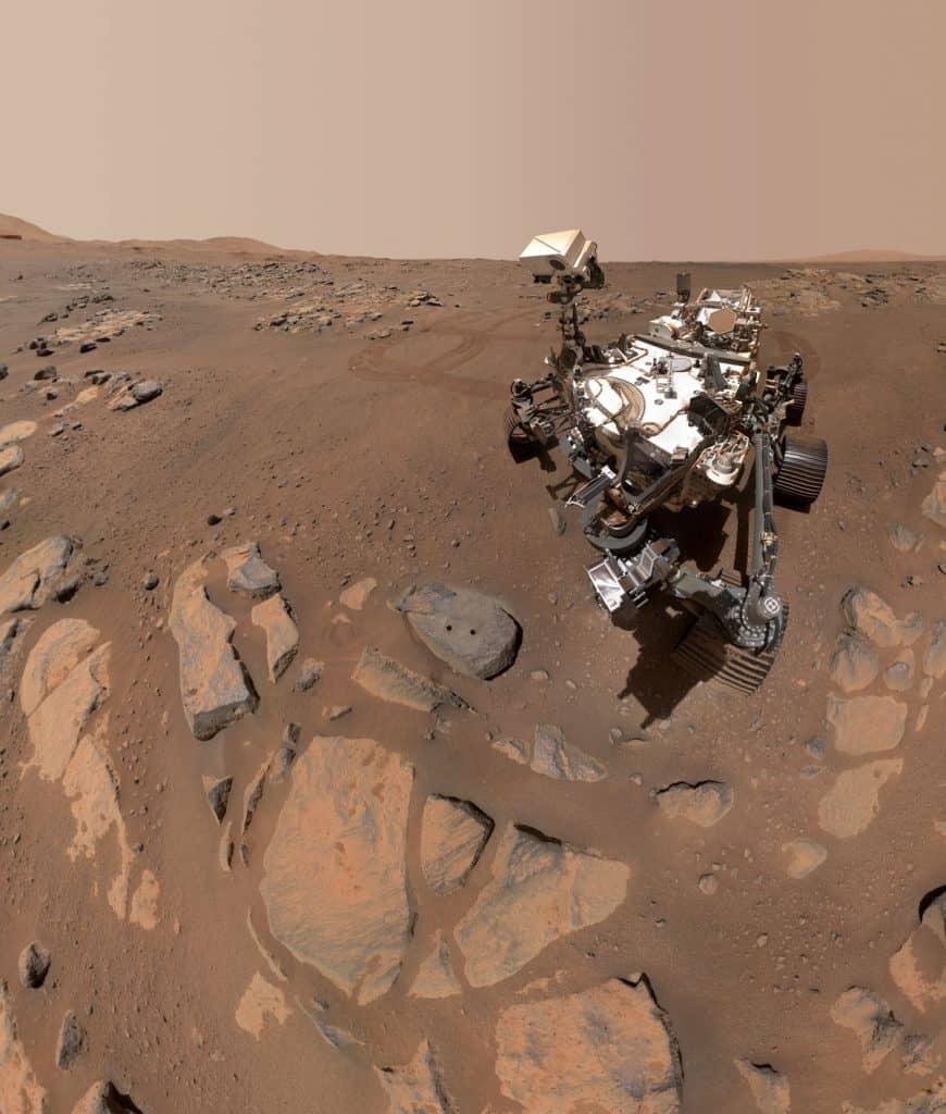 O robô Perseverance, que tirou duas selfies em Marte, para comemorar a retirada de amostras de núcleos rochosos