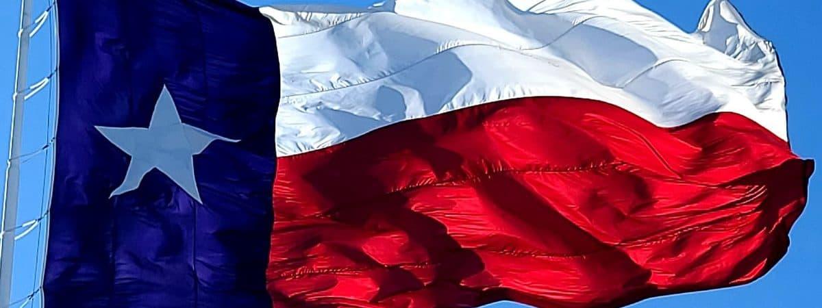 Bandeira do Texas tremulando no céu azul