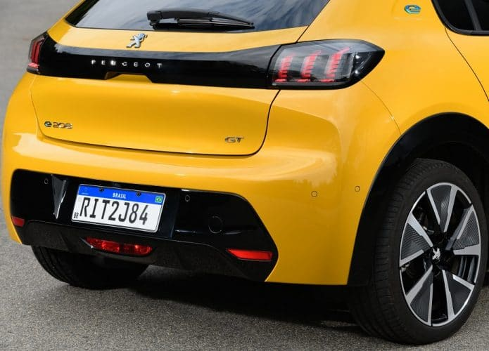 Traseira do Peugeot e-208 GT