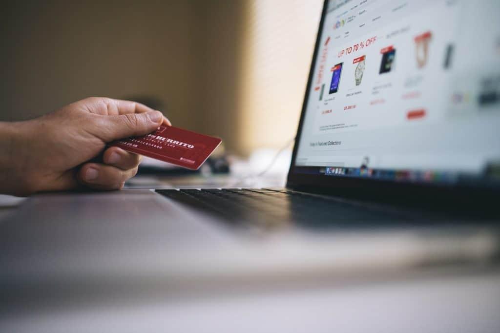 Pessoa realizando compra online com cartão de crédito