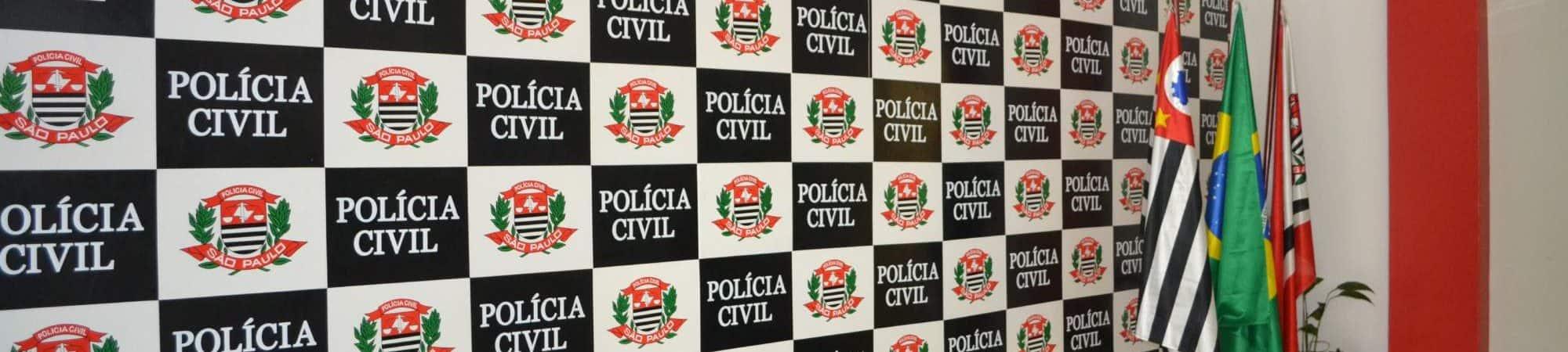 parede ornada com o símbolo da Polícia Civil de São Paulo